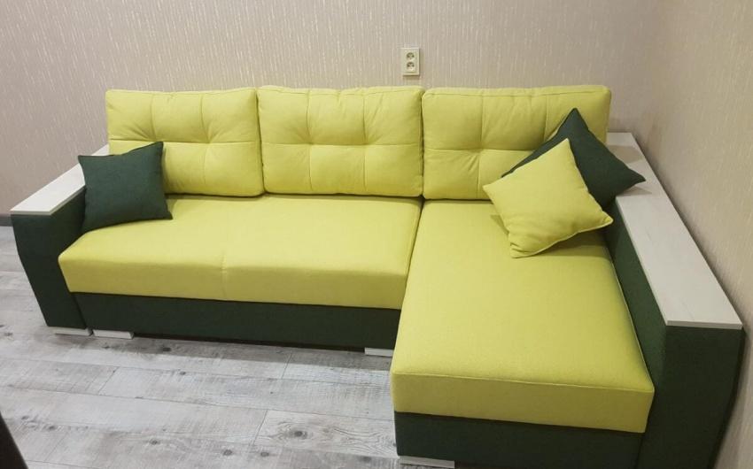 Изображение желтый яркий диван