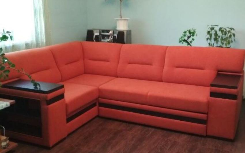 Фото яркий угловой диван